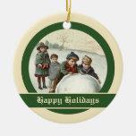 Niños del vintage que juegan en invierno adorno de navidad