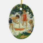 Niños del vintage que juegan la charca del verano