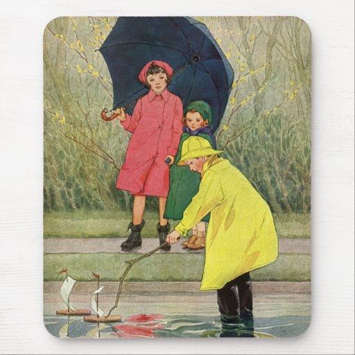 Niños del vintage que juegan la lluvia de los alfombrillas de ratones