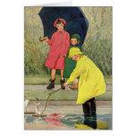 Niños del vintage que juegan la lluvia de los tarjetas