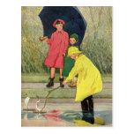 Niños del vintage que juegan la lluvia de los postales