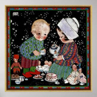 Niños del vintage que tienen una fiesta del té con posters