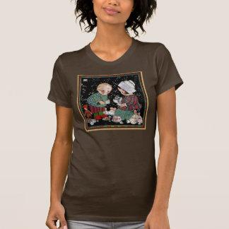 Niños del vintage que tienen una fiesta del té con camiseta