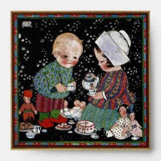 Niños del vintage que tienen una fiesta del té con sobre