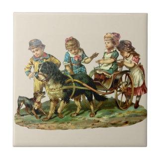 Niños del vintage y carro de perro azulejos