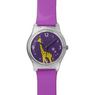 Niños divertidos púrpuras del patinaje sobre relojes de mano