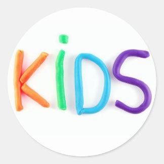 Niños en arcilla pegatina redonda