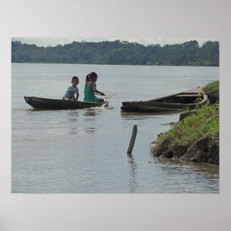 Niños en barco de madera en el río de Napo en Perú Póster