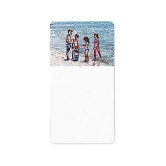 niños en el bosquejo de la playa que juega en etiquetas de dirección