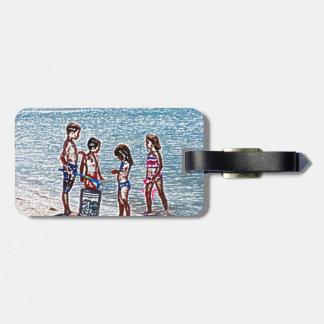 niños en el bosquejo de la playa que juega en etiqueta de equipaje