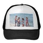 niños en el bosquejo de la playa que juega en gorro