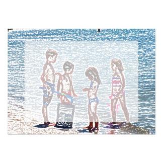 niños en el bosquejo de la playa que juega en comunicado personal