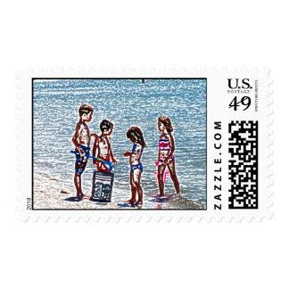 niños en el bosquejo de la playa que juega en envio