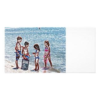 niños en el bosquejo de la playa que juega en tarjeta personal con foto