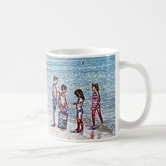 niños en el bosquejo de la playa que juega en taza básica blanca