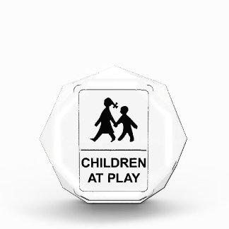 Niños en el juego, Minnesota, señal de tráfico, lo