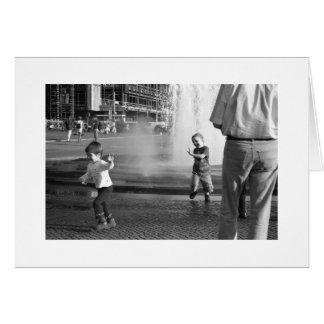 Niños en la fuente de Berlín Tarjeta De Felicitación