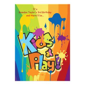 Niños en la invitación del juego