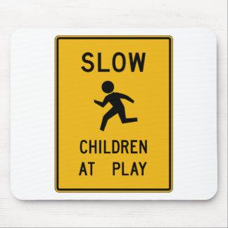 Niños en la placa de calle del juego mouse pad