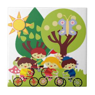 Niños en las bicis azulejo cuadrado pequeño