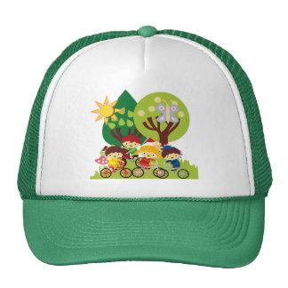 Niños en las bicis gorra