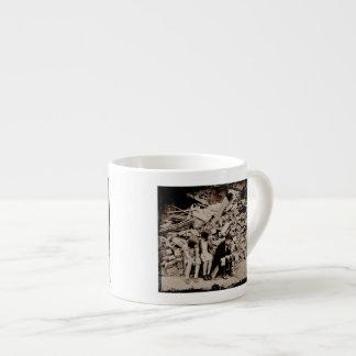 Niños en los escombros taza de espresso