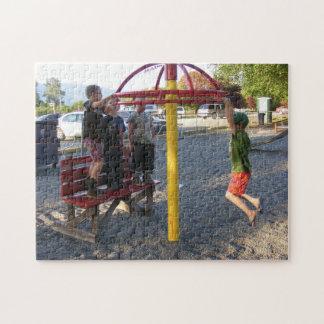 Niños en rompecabezas del círculo del patio