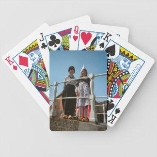 Niños en traje nacional holandés baraja cartas de poker