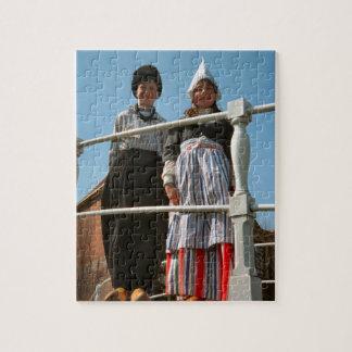Niños en traje nacional holandés puzzle con fotos