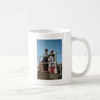 Niños en traje nacional holandés taza de café