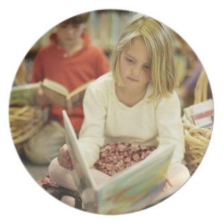 Niños en una biblioteca plato de comida