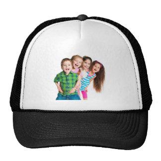 Niños felices que separan alegría gorras