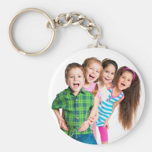Niños felices que separan alegría llaveros personalizados