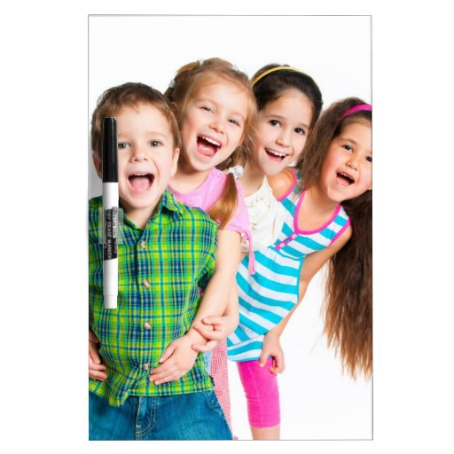 Niños felices que separan alegría tableros blancos
