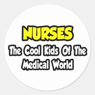 Niños frescos de las enfermeras… del mundo médico pegatina redonda
