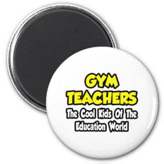 Niños frescos de los profesores de gimnasio… del m iman de frigorífico