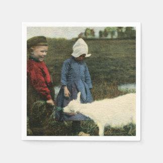 Niños holandeses y su pequeña cabra servilletas desechables