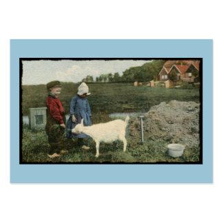 Niños holandeses y su pequeña cabra tarjetas de visita grandes