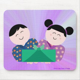 Niños japoneses que dan el regalo Mousepad