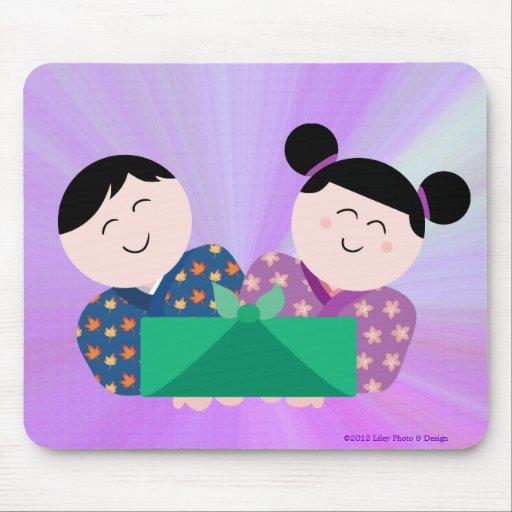 Niños japoneses que dan el regalo Mousepad Alfombrilla De Ratones