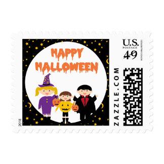 Niños lindos del truco o de la invitación del timbres postales