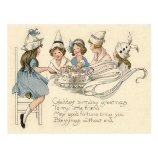 Niños lindos que cortan el fiesta de la torta de postales