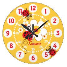 Niños mariquita y reloj de pared amarillo lindo de
