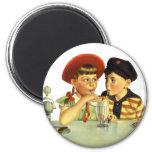 Niños, muchacho y chica del vintage compartiendo imán redondo 5 cm