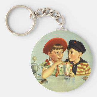 Niños, muchacho y chica del vintage compartiendo llavero redondo tipo pin