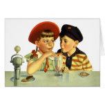 Niños, muchacho y chica del vintage compartiendo tarjeta de felicitación