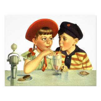 Niños muchacho y chica del vintage compartiendo u invitaciones personales