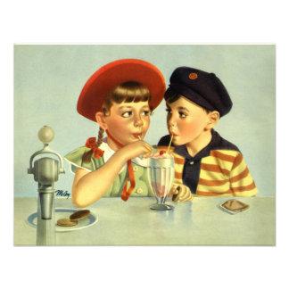 Niños muchacho y chica del vintage compartiendo u invitación