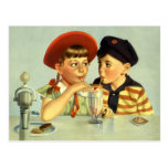Niños, muchacho y chica del vintage compartiendo u tarjetas postales