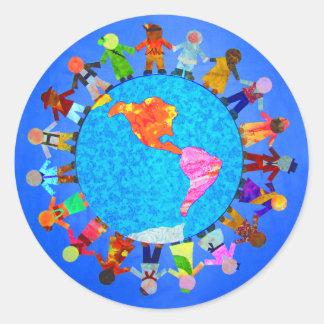 Niños pacíficos etiquetas redondas